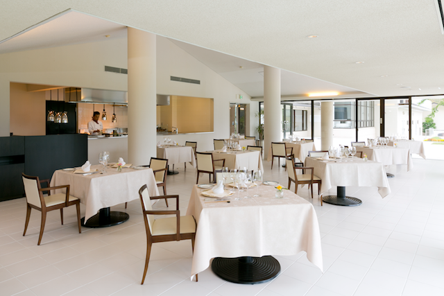 五感を刺激する明るいレストラン オープンキッチンだから、美味しさがダイレクト