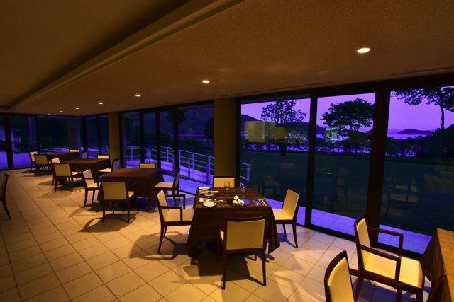 洗練されたラグジュアリーな空間 明るく洗練された空間はどこからでも琵琶湖を感じる